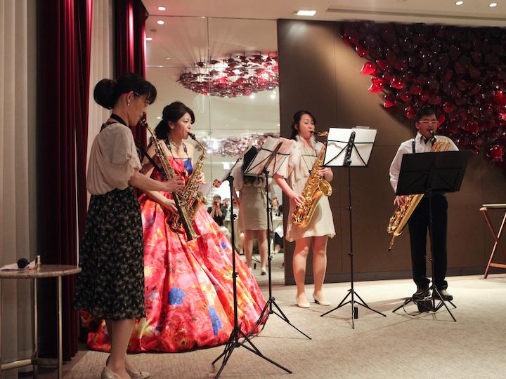 自分たちが楽器を演奏中、歌を歌わされるサプライズ1