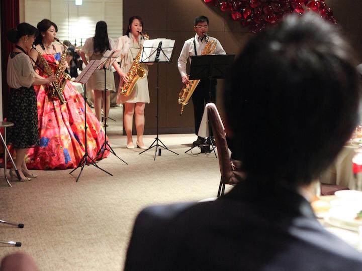 自分たちが楽器を演奏中、歌を歌わされるサプライズ2