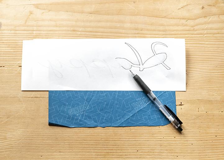 青い紙に文字を写し取る