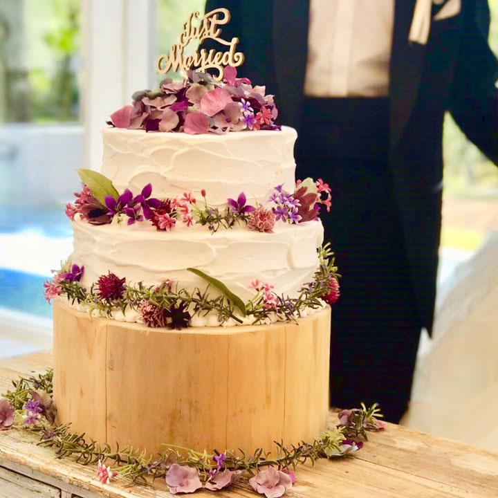 キャラメルソースをかける前のシンプルなケーキです。