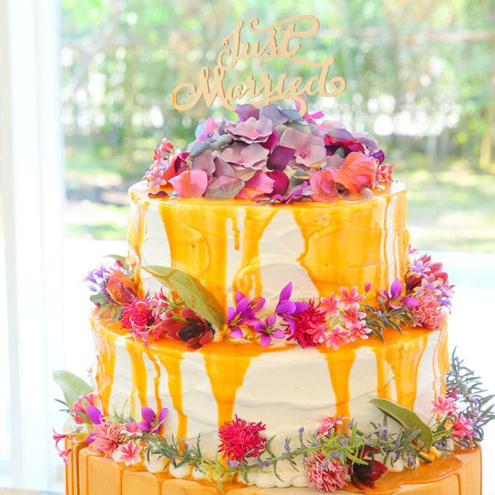 キャラメルソースのかかったウエディングケーキです。