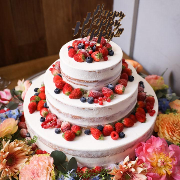 イチゴの乗った3段のウエディングケーキです。