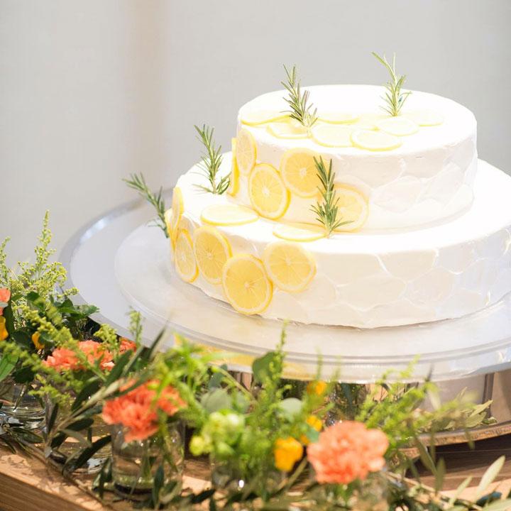 レモンの輪切りを飾ったシンプルなウエディングケーキです。