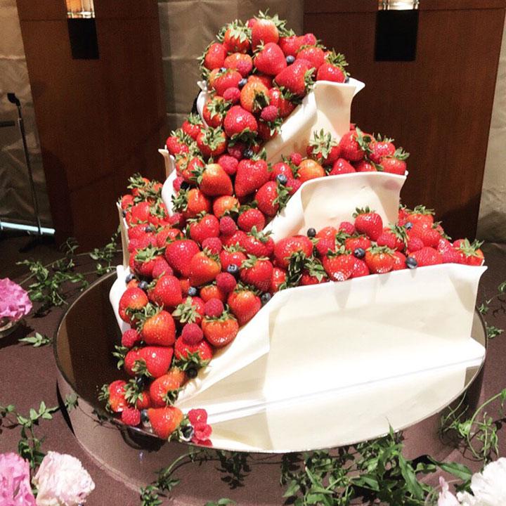 山盛りのイチゴがこぼれたデザインのケーキです。