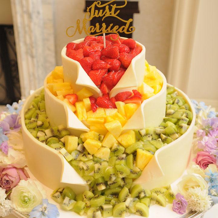 イチゴ、パイナップル、キウイの3色のフルーツがこぼれたデザインのケーキです。
