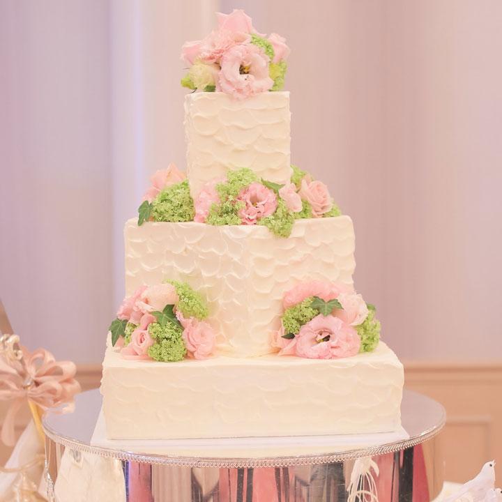 クリームのみで仕上げた3段のシンプルなケーキです。