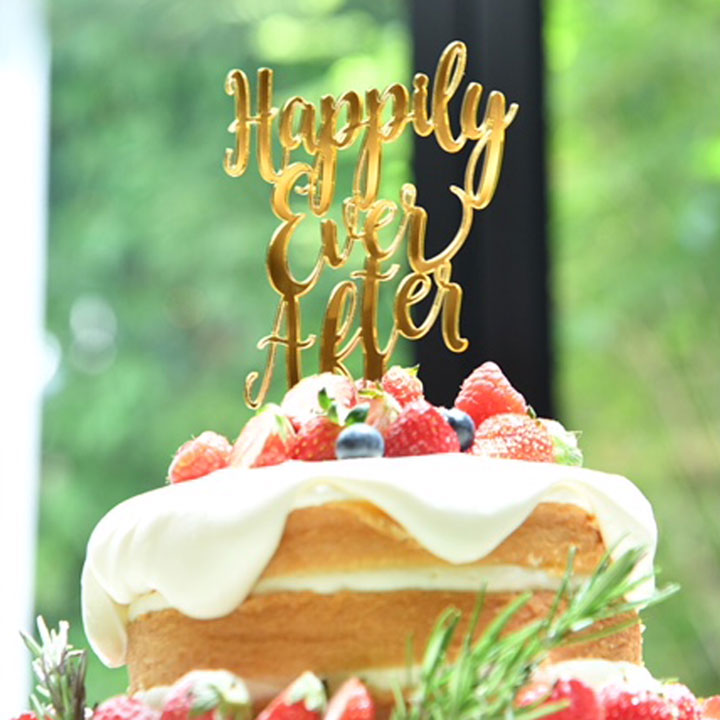 ケーキトッパーはjust marriedの文字です。