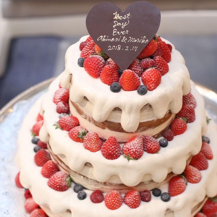 ベリーで飾られ、生クリームがたれたデザインのケーキです。