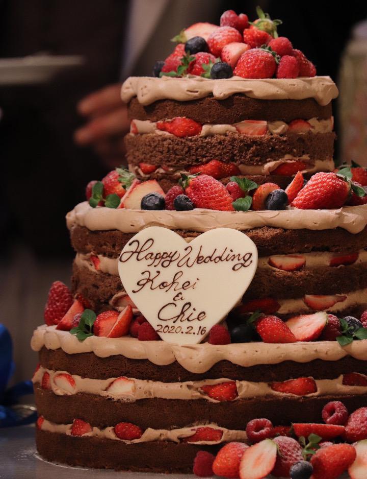 細部までこだわったネイキッドチョコレートケーキ