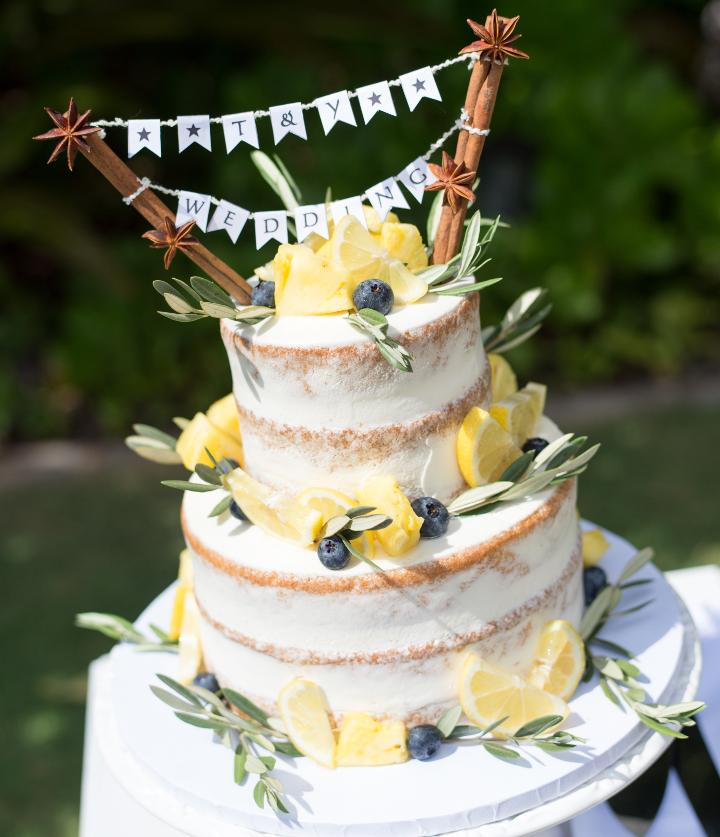 緑いっぱいのガーデンに映える爽やかネイキッドケーキ