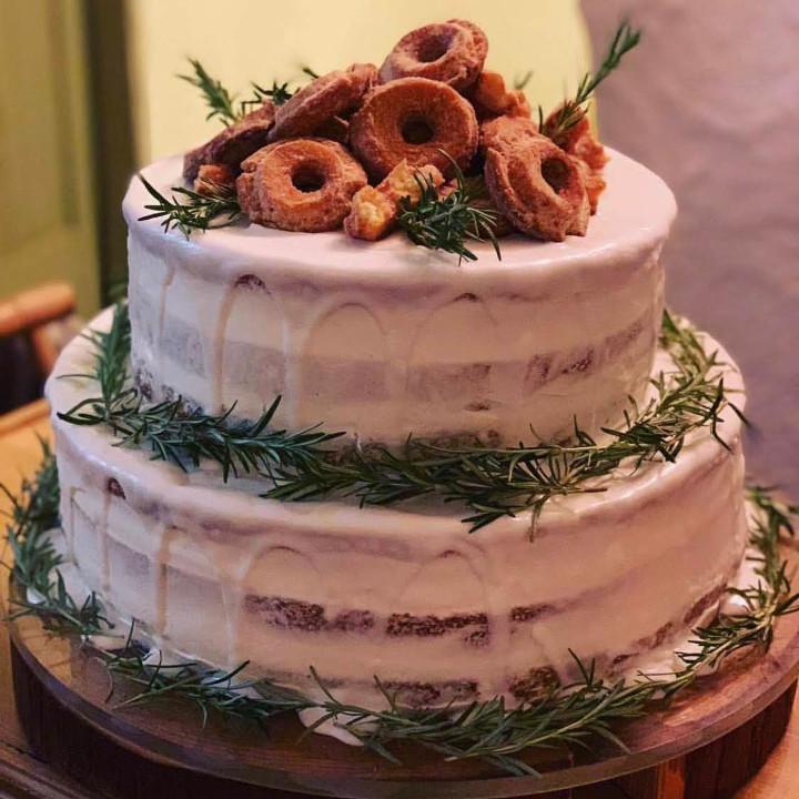 ラスティックなドーナツネイキッドケーキ