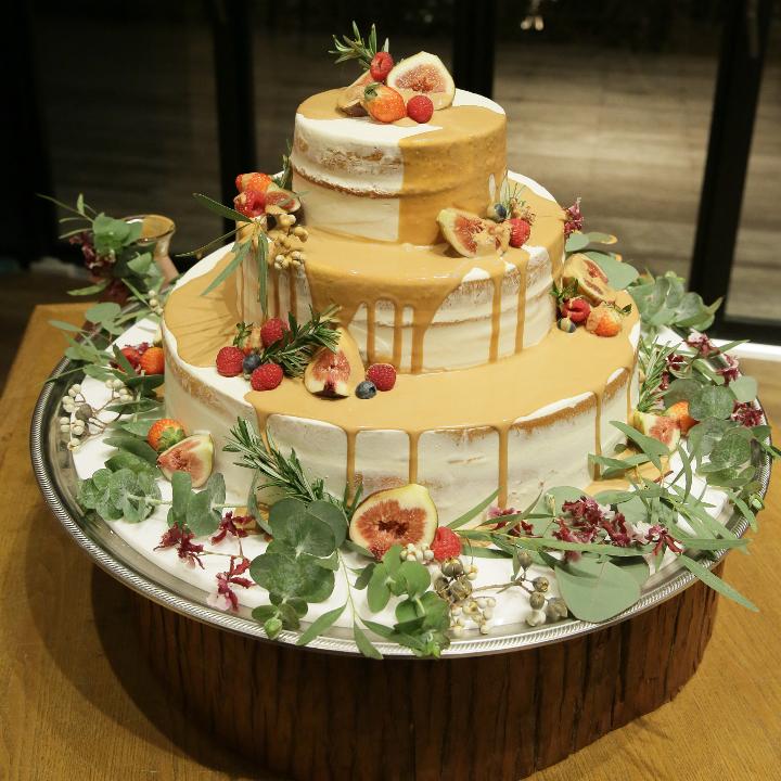 計算された大人可愛いネイキッドケーキ