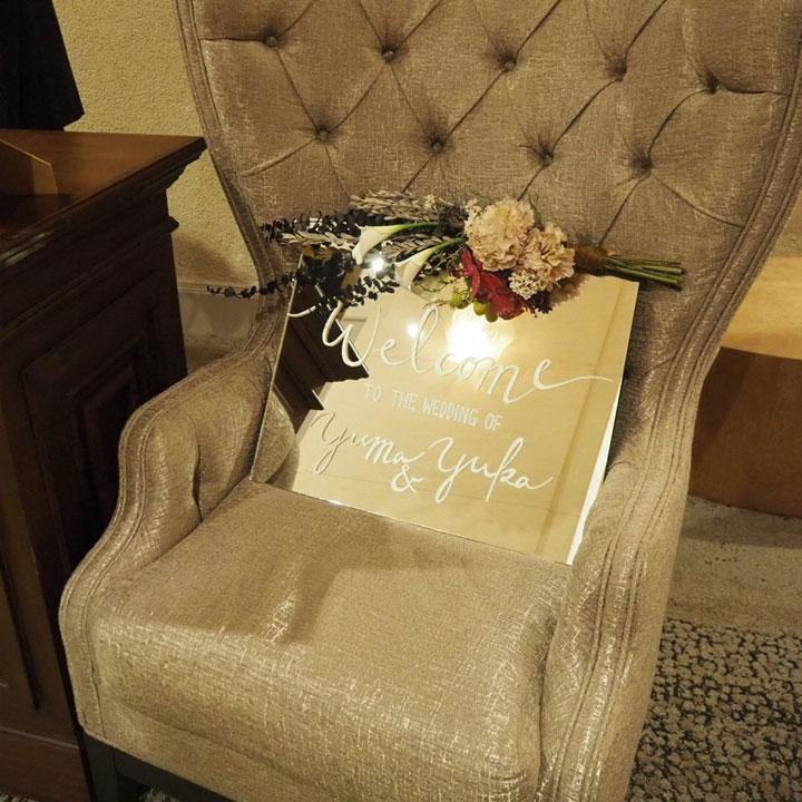 ミラーのウエルカムボードをソファに飾っています。