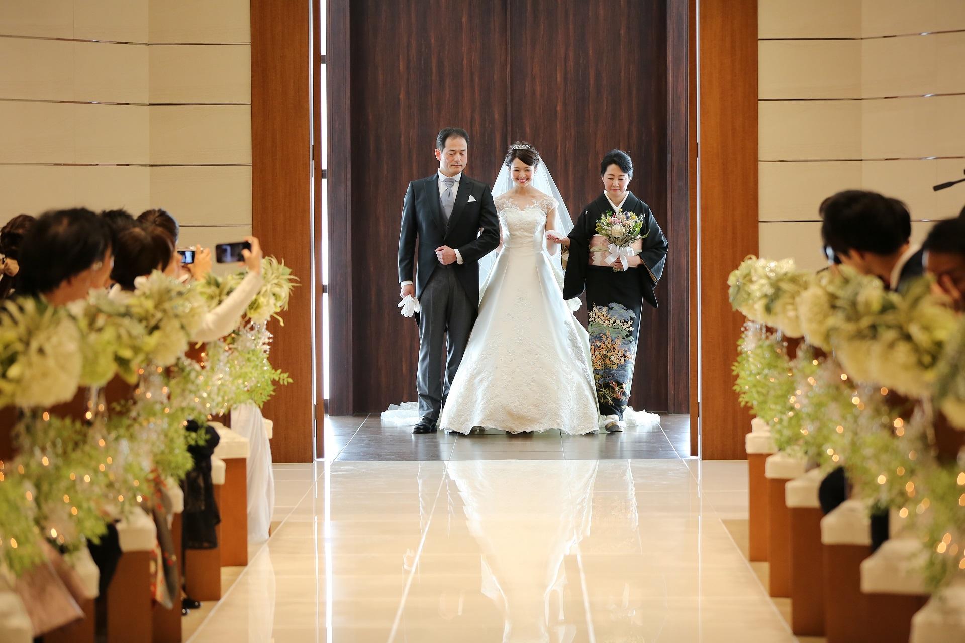 父母とバージンロードを歩く花嫁