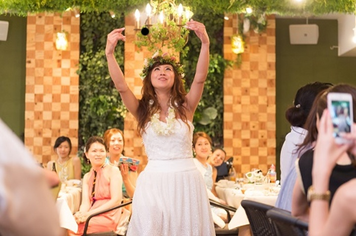 フラを踊る新婦