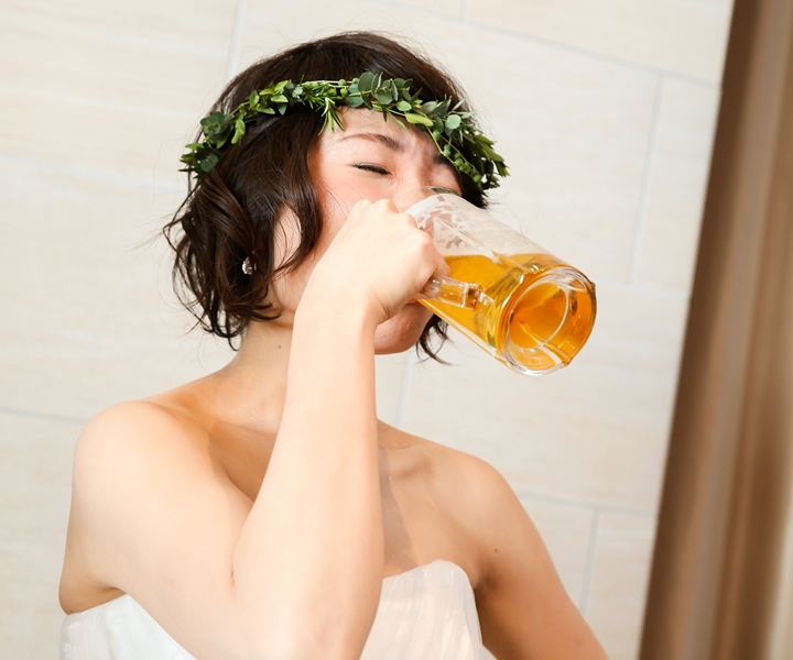 乾杯は花嫁だけジョッキでビール!