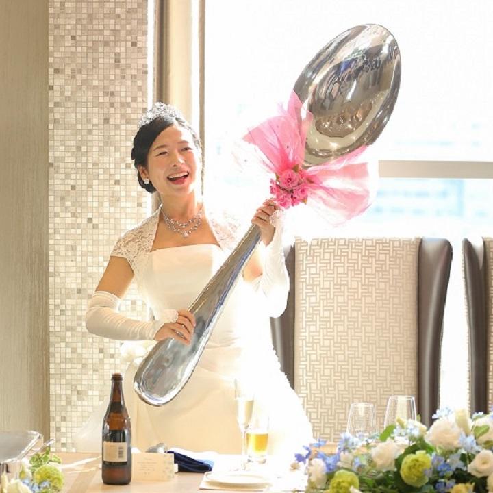 大きなスプーンを持った花嫁