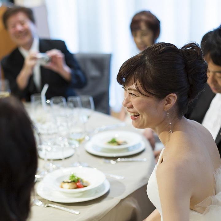 ゲスト卓に座っておしゃべりする花嫁