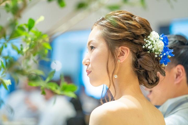 フローリストに用意してもらった青い花を髪飾りに