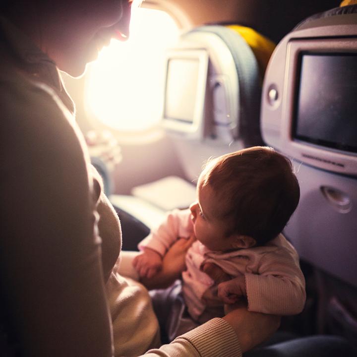 機内 母親と赤ちゃん