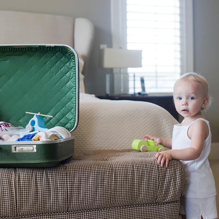 スーツケースと赤ちゃん