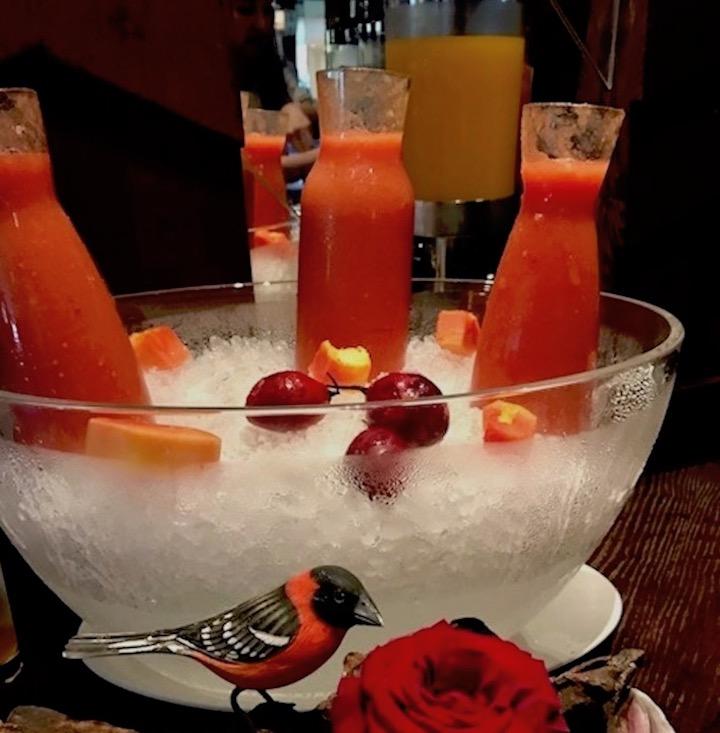 氷の器にフルーツジュース