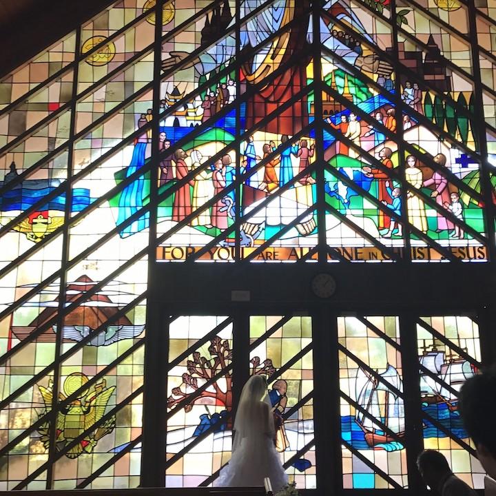 荘厳なステンドグラスの前で花嫁のシルエット