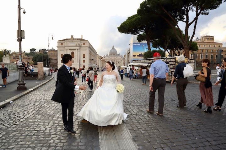 サン・ピエトロ大聖堂を背景に、視線の先にはサンタンジェロ城