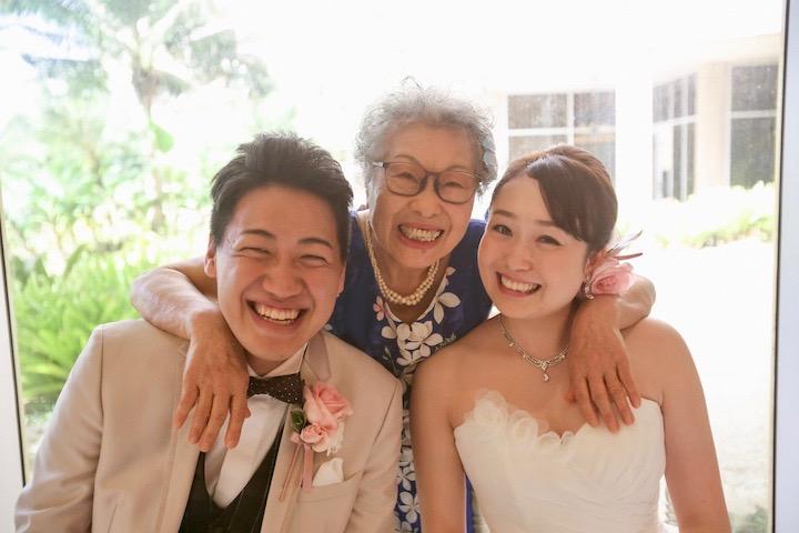 新郎新婦の抱いて喜ぶ祖母