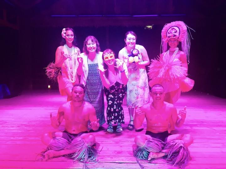 新婦妹がステージに上がってダンサーたちと誕生祝い
