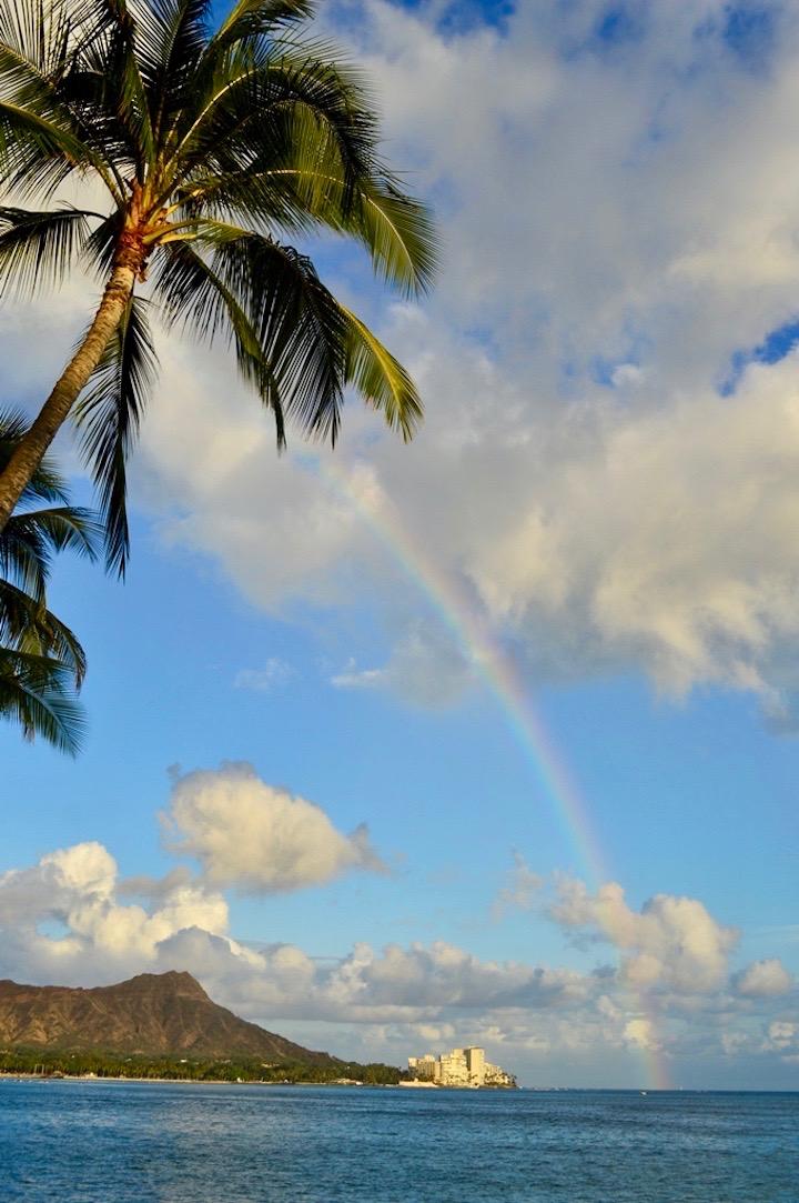 青空に虹が架かった写真