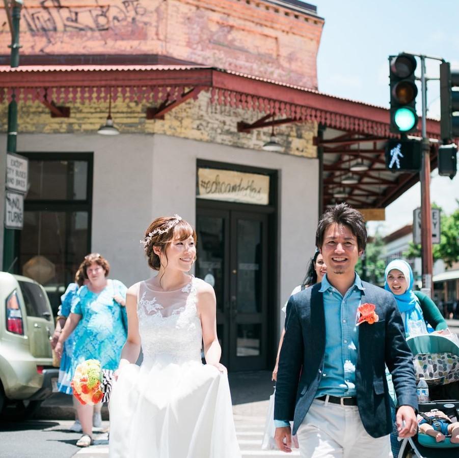 ホノルルダウンタウンで新郎新婦が歩いている写真
