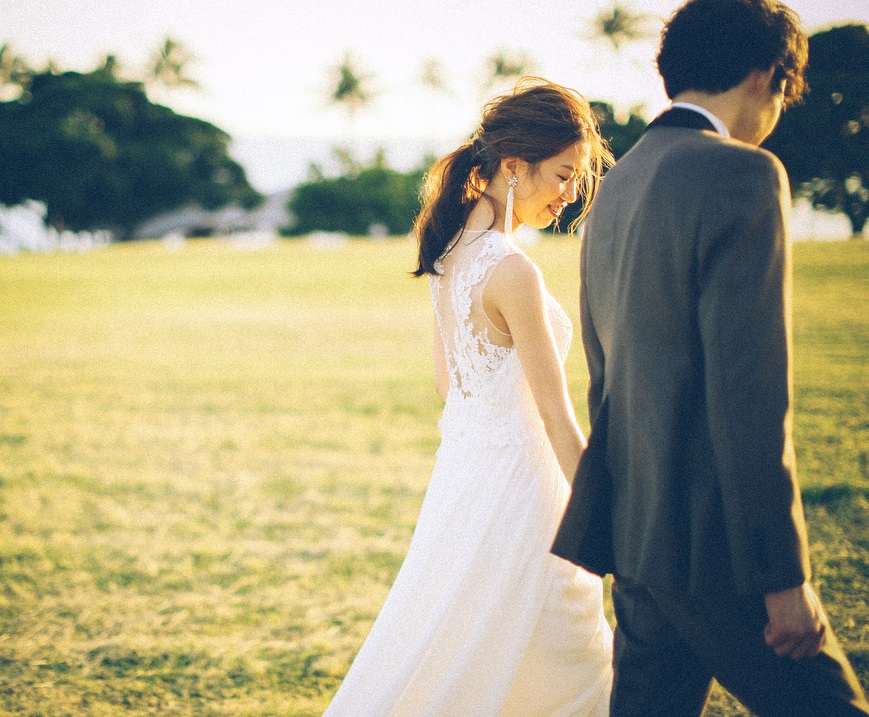 カカアコで新郎新婦が歩いている写真