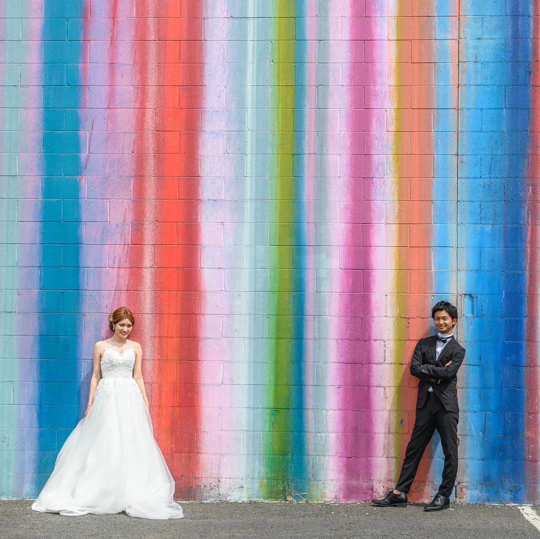 カカアコで新郎新婦がポーズしている