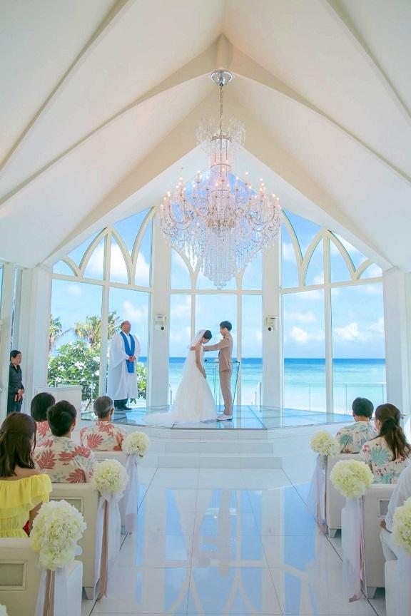 全面ガラス張りの壁から海が一望できる祭壇でベールアップするふたり