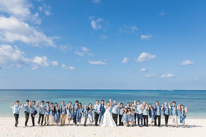 白砂と青空ビーチでゲスト全員一列で楽しそうに集合写真