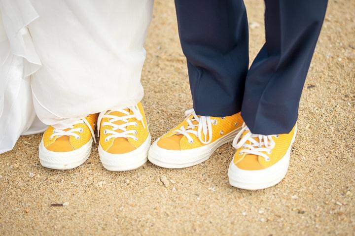 おそろいの黄色いスニーカーを履いたふたりの足元アップ