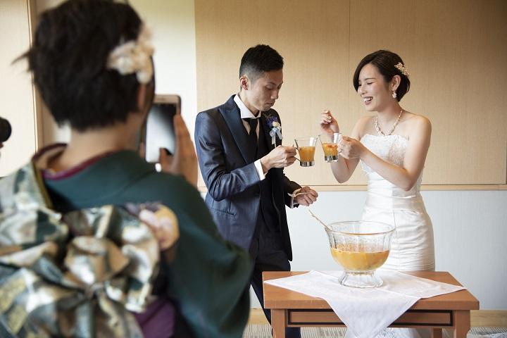 ふたりがフルーツカクテルを作っている様子を着物のゲストが撮影している