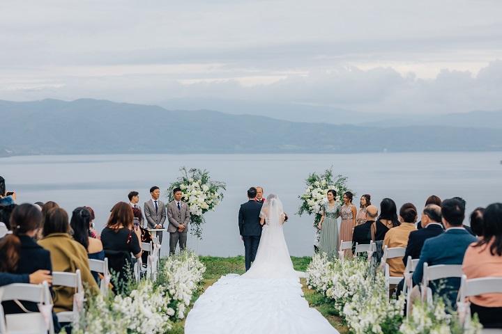 洞爺湖の湖畔でゲストに見守られながら愛を誓うふたり