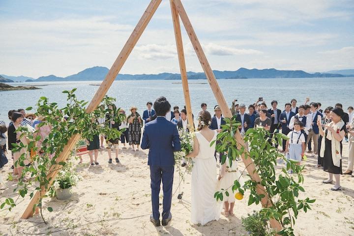 三角の柱を立てたスポットにふたりが立ち、周囲をゲストが囲んで乾杯。新郎新婦、ゲスト、スタッフ、地元の人たちが自由に交流できるよう、あえて高砂席は設けなかった
