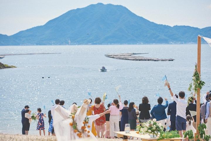 瀬戸内海の小さな島、大三島で挙げた結婚式。新婦が父と小型船で登場し、ゲストがビーチで迎えるシーン