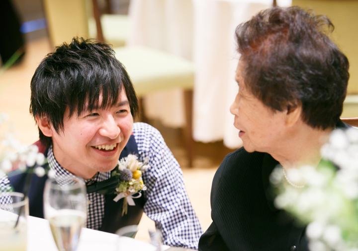 祖母と談笑